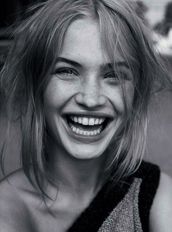смеющаяся девушка