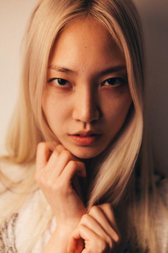 девушка с белыми волосами азиатка